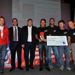 """L'équipe Alti Plus recevant le Trophée """"Pulls Rouges"""" 2010, catégorie réalisation"""